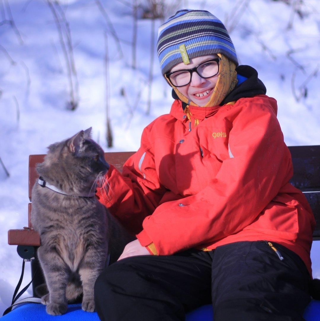 Katten Liam blir lugnad av yngste sonen.
